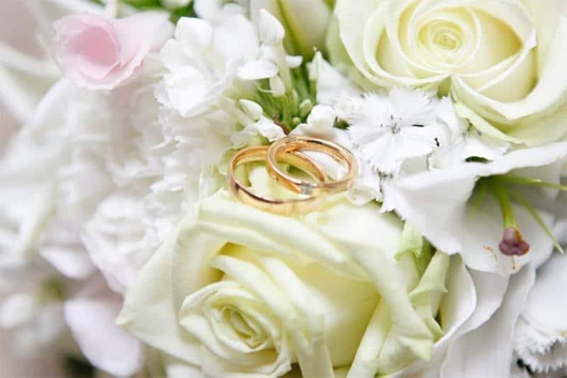 Blumenstrauß mit Eheringen