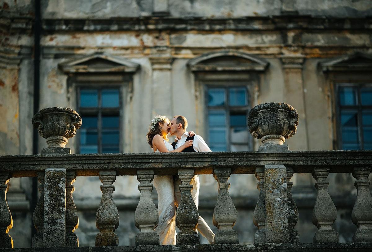 Hochzeitspaar vor einer Burg