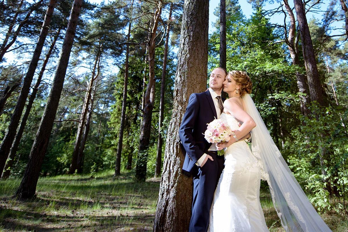 Hochzeitspaar_glücklich_im_Wald